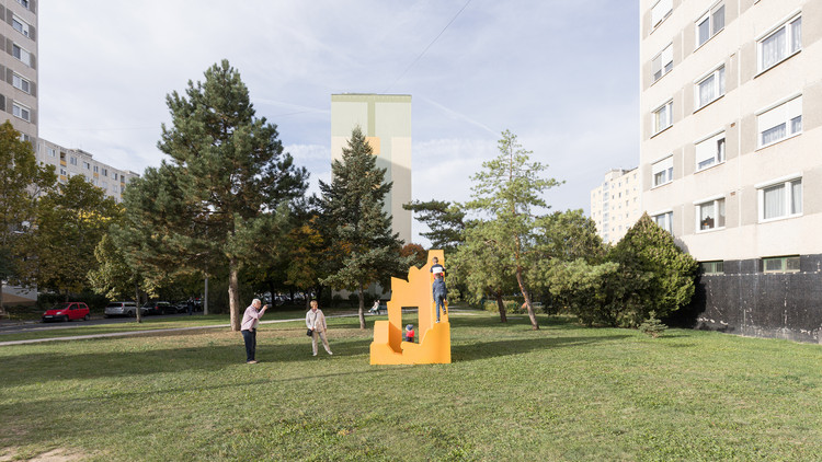 Face, Pool, Two Towers and Ruin Installation / Paradigma Ariadné, © Balázs Danyi
