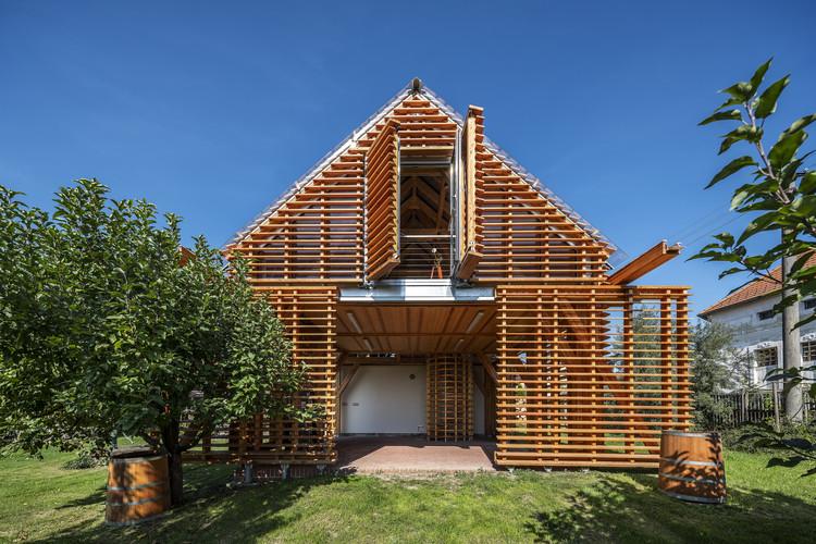 Ampliación en madera de casa de campo / Hut Architektury Martin Rajnis, © Aleš Jungmann