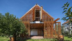 Ampliación en madera de casa de campo / Hut Architektury Martin Rajnis