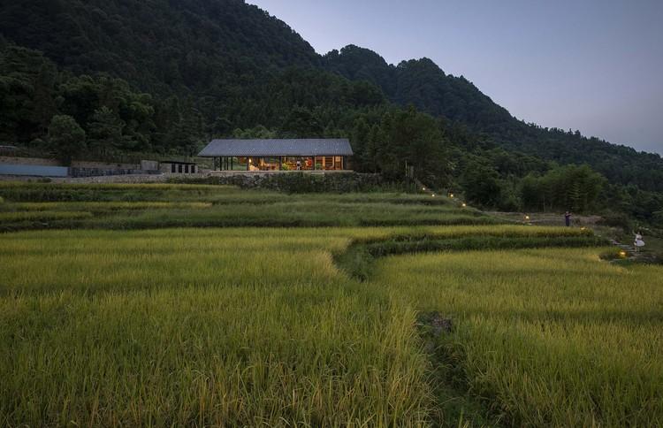 Çeltik tarlasındaki yol, kitap barını ve restoranı birbirine bağlar. Resim © Weiqi Jin