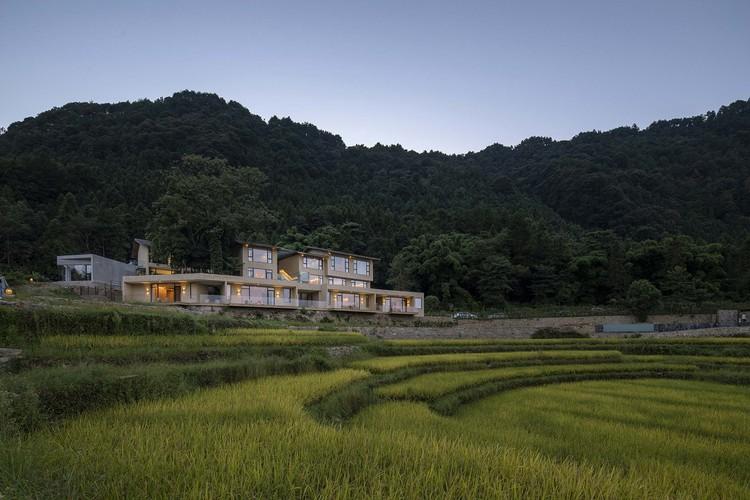 StrayBirds B & B, binalar eski ağaçlar ve çeltik tarlalarıyla uyum içinde bir arada bulunur. Resim © Weiqi Jin