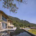 StrayBirds B & B'nin 1. katında açık arazi ve sığ havuz. Resim © Weiqi Jin