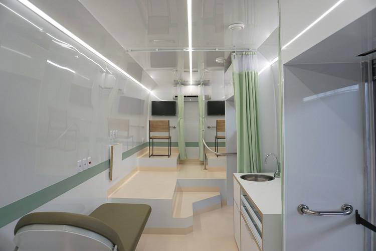 Primeiro ônibus convertido em unidade de saúde contra Covid-19 já está em operação no Brasil, Cortesia de Democratic Architects