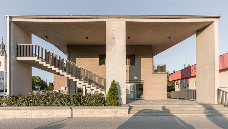 Centro de la ciudad de Gyermely / Gereben Marián Architects, © Balázs Danyi