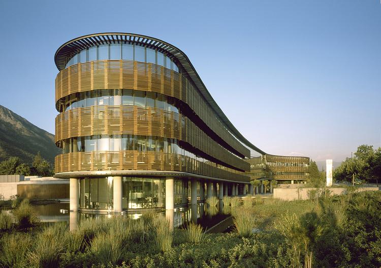 Estrategias bioclimáticas en Chile: Climatización pasiva en 10 edificios de oficinas e industriales, Edificio Transoceánica / +arquitectos. Image © Erieta Attali