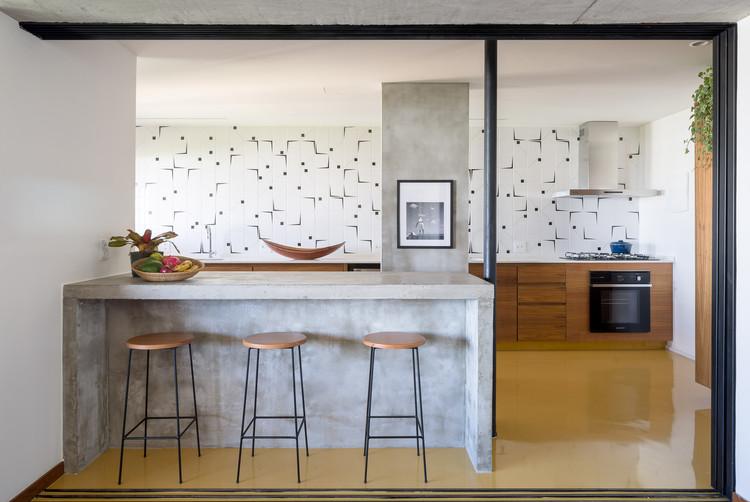 Cozinha americana: integração espacial em 20 apartamentos brasileiros, Apartamento Rui / Casulo Arquitetura. Imagem: © Joana França