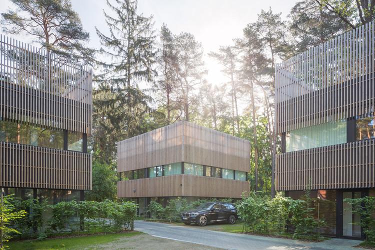 Residências em pinheiral nos arredores de Vilnius / Paleko architektu studija, © Norbert Tukaj