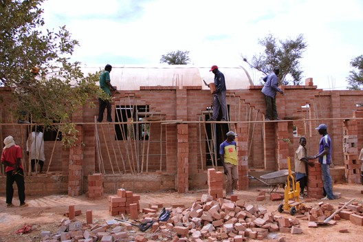 Partners pays-Dogon has built more than 20 schools in the Region of Mopti an the Dogon, fostering the development of local leadership and resilience. Image shows the building process of Primary School Tanouan Ibi, Mopti, Mali ©Partners pays-Dogon