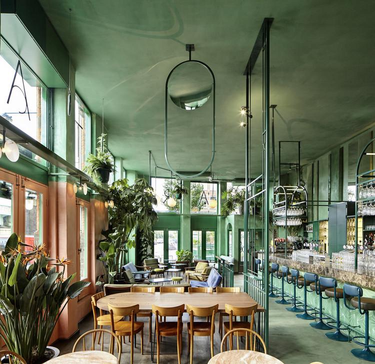 El color más allá de la estética: La psicología del verde en los espacios interiores, Bar Botanique Café Tropique / Studio Modijefsky. Imagen © Maarten Willemstein