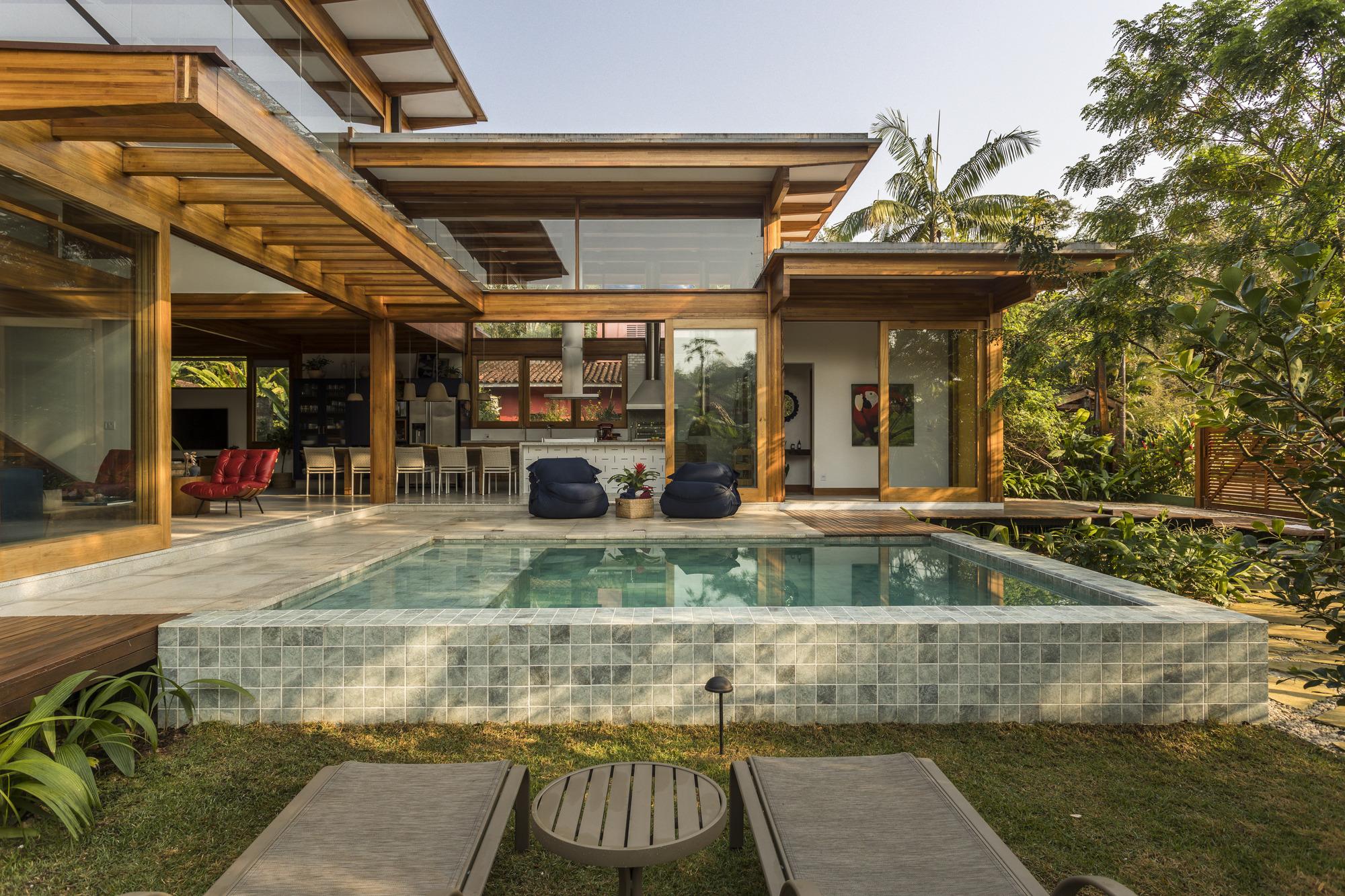 Porta Amarela House / Flávia Menezes Arquitetura e Interiores