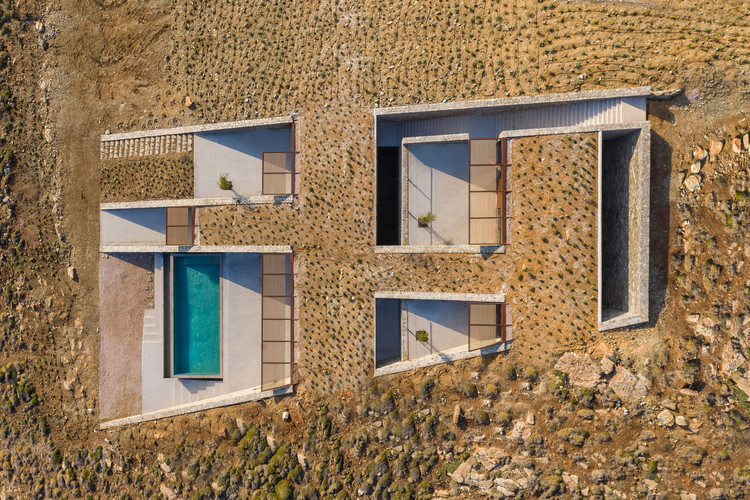 Architecture and Topography: 25 Projects with Different Approaches to Relief, Casa Ncaved / MOLD Architects. Foto:  © Yiorgis Yerolymbos