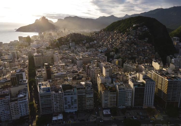 27º Congresso Mundial de Arquitetos começa em março com conteúdo digital, Copacabana, Rio de Janeiro. Image © Johnny Miller / Unequal Scenes