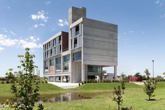 Edificio de servicios deportivos para futbolistas Jorge B. Griffa / Taller de Arquitectura La Fundación