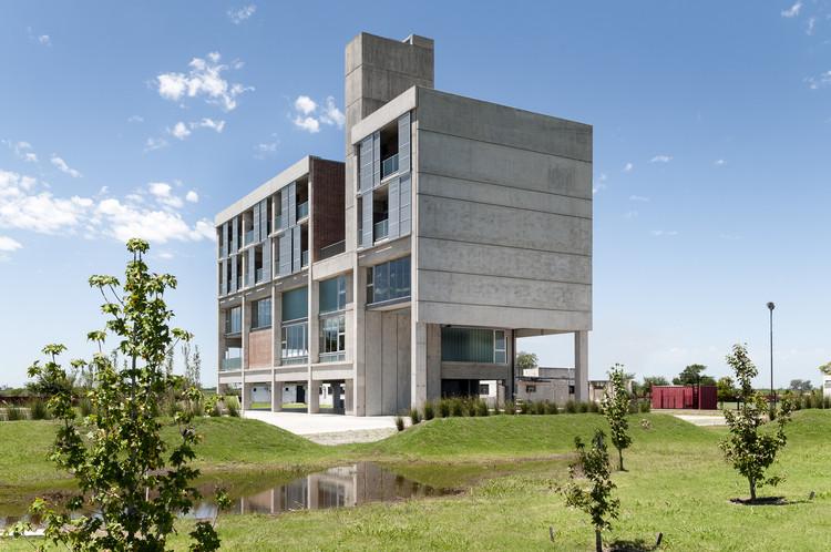 Edificio de servicios deportivos para futbolistas Jorge B. Griffa / Taller de Arquitectura La Fundación, © Laura Glusman