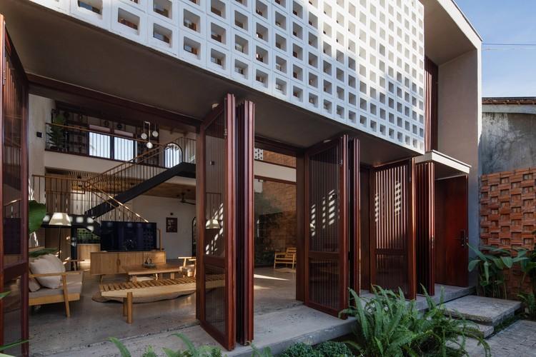 03 Times House - Time House nhà diện tích 8,4x56m Không gian xanh là vùng đệm nhằm ngăn tiếng ồn và khói bụi.