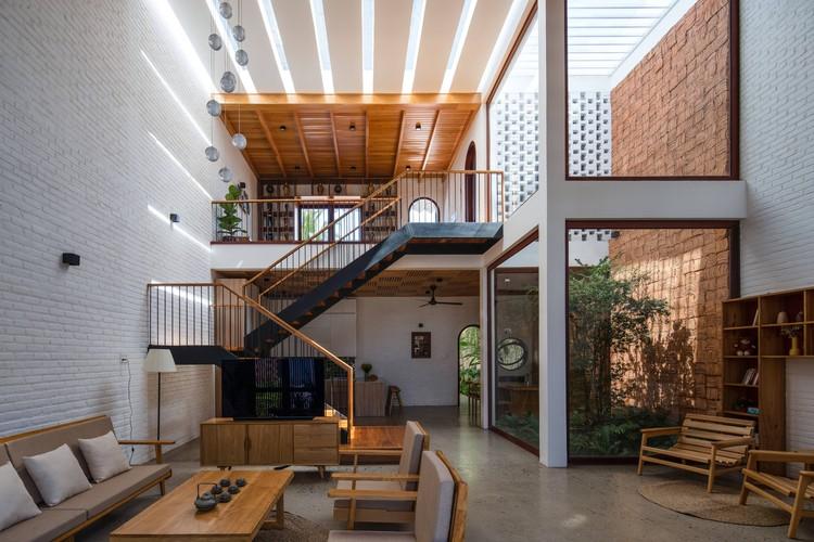 06 Times House - Time House nhà diện tích 8,4x56m Không gian xanh là vùng đệm nhằm ngăn tiếng ồn và khói bụi.