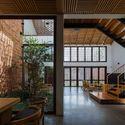 08 Times House - Time House nhà diện tích 8,4x56m Không gian xanh là vùng đệm nhằm ngăn tiếng ồn và khói bụi.