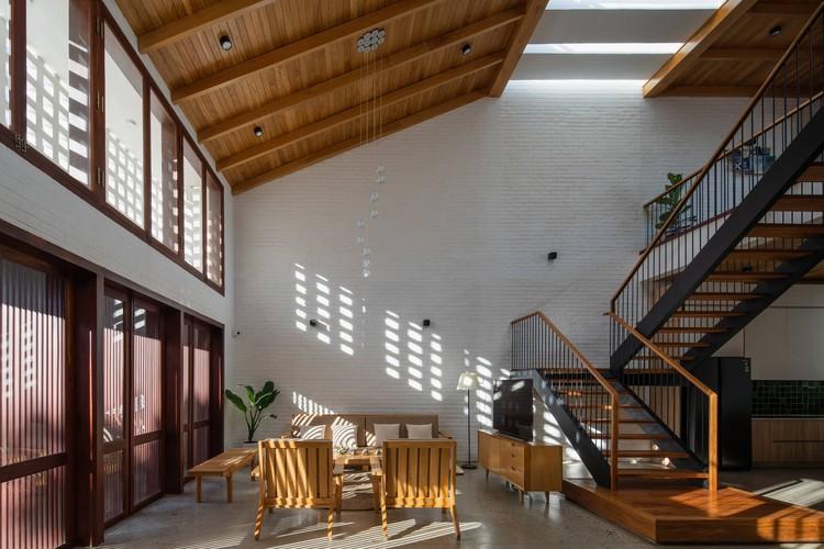 11 Times House - Time House nhà diện tích 8,4x56m Không gian xanh là vùng đệm nhằm ngăn tiếng ồn và khói bụi.