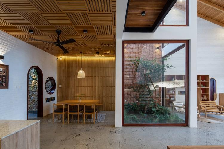 15 Times House - Time House nhà diện tích 8,4x56m Không gian xanh là vùng đệm nhằm ngăn tiếng ồn và khói bụi.