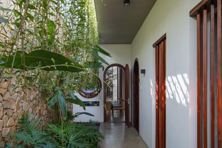 19 Times House - Time House nhà diện tích 8,4x56m Không gian xanh là vùng đệm nhằm ngăn tiếng ồn và khói bụi.