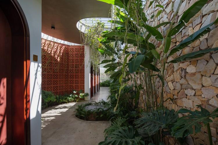 20 Times House - Time House nhà diện tích 8,4x56m Không gian xanh là vùng đệm nhằm ngăn tiếng ồn và khói bụi.