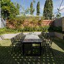 33 Times House - Time House nhà diện tích 8,4x56m Không gian xanh là vùng đệm nhằm ngăn tiếng ồn và khói bụi.