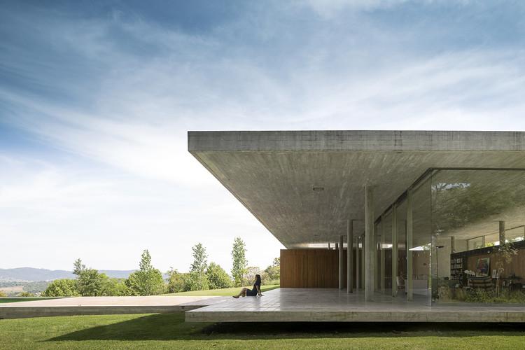 Casas elevadas do solo: solução funcional e estética em 7 projetos brasileiros, Casa Redux / Studio MK27 - Marcio Kogan + Samanta Cafardo. Foto: © Fernando Guerra   FG+SG