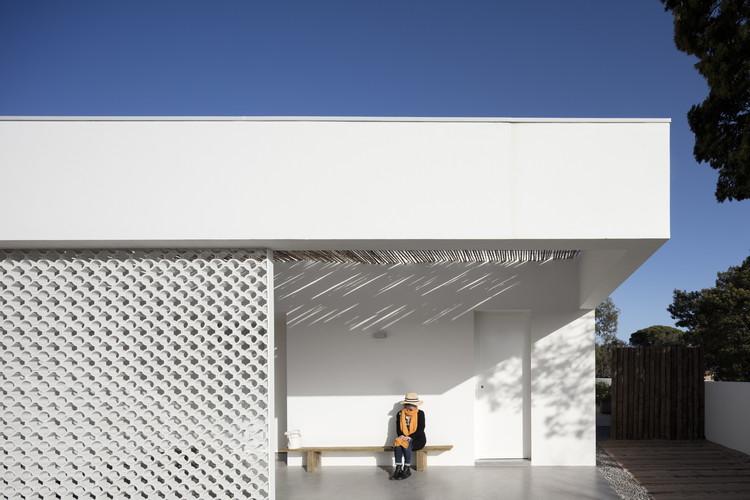 L106 House / Pereira Miguel Arquitectos © Fernando Guerra   FG+SG