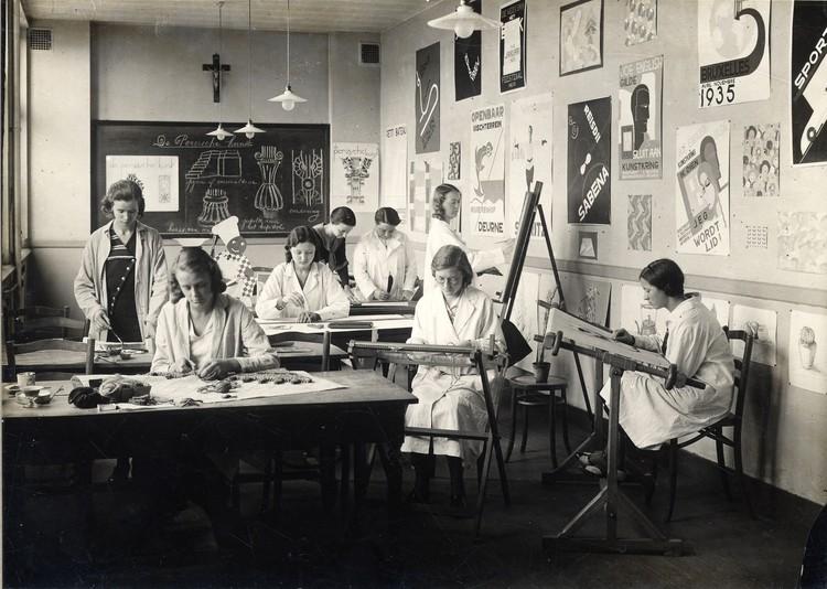 Wiki Women Design: Recuperando las contribuciones de las diseñadoras belgas, Una fotografía de una clase con a.o. Martha van Coppenolle en el Technisch Instituut van Sint-Maria de Amberes, hacia 1930. Colección Ciudad de Amberes, Letterenhuis. Imagen cortesía de Wiki Women Design