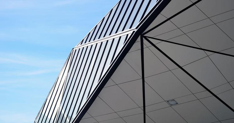 ¿Cómo especificar un revestimiento HPL?, Fuel Station + McDonalds / Khmaladze Architects. Image Cortesía de Fundermax