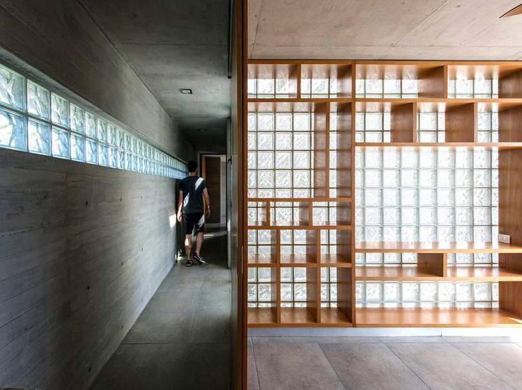 Ladrillos de vidrio en casas argentinas: Iluminación natural y privacidad con bloques traslúcidos, Casa AYYA / Estudio Galera. Image © Diego Medina