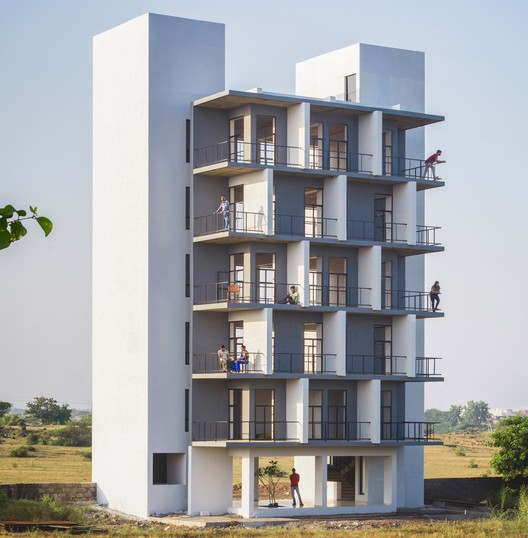 Flying Walls Hostel / Dhulia Architecture Design Studio