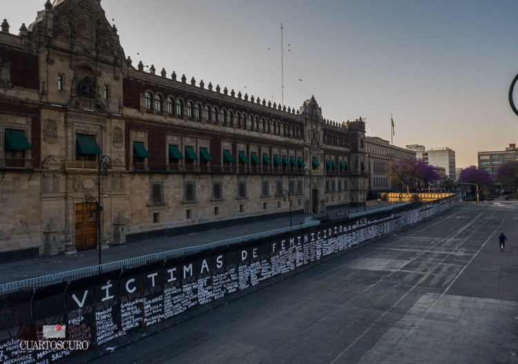 Memorial para as vítimas de feminicídio em espaços públicos na Cidade do México, Memorial das vítimas de feminicídio em uma cerca em frente ao Palácio Nacional da Cidade do México (2021). Imagem © Andrea Murcia