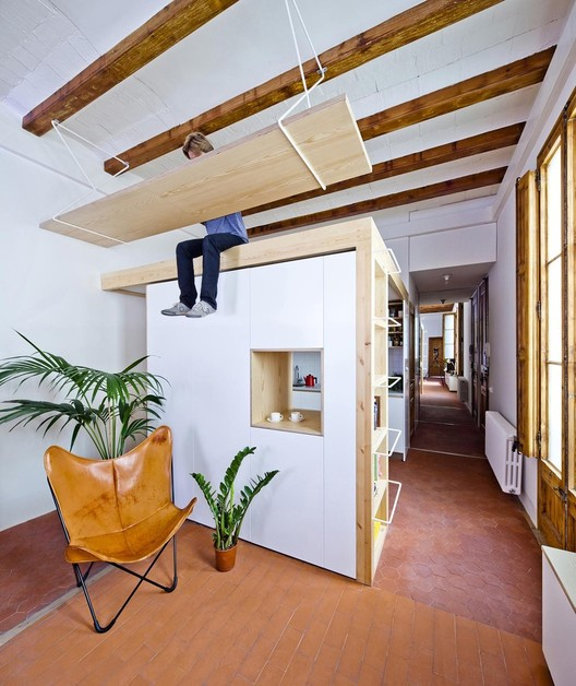 Como tirar proveito de tetos altos em renovações, Reforma de una vivienda en La Gran Vía / Anna & Eugeni Bach. Image © Eugeni Bach