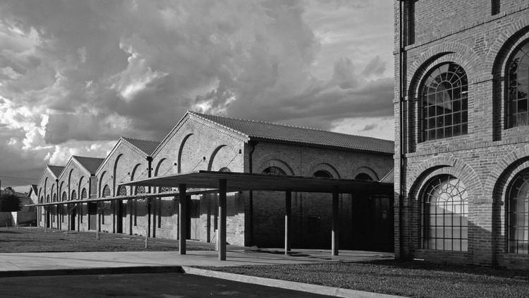 Arquitetura japonesa e seus reflexos no Brasil, Conjunto K.K.K.K, edificação mais marcante em Registro, é definida como o elemento estruturante da ocupação na região que deu origem à urbanização da cidade. Foto: ©  Nelson Kon, modificada pela autora