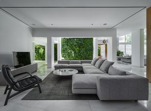 Casa verde y blanco / Studio VDGA
