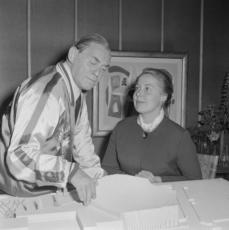 Cómo el star system y el sexismo invisibilizaron la contribución de las arquitectas, Alvar Aalto y Elissa Aalto en 1956. Via Wikimedia Commons, bajo licencia CC BY-SA 4.0