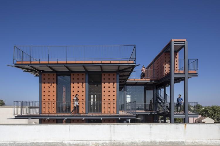 Laboratório Shri Khimji Ramdas Kanya Vidhyalay / SPASM Design Architects, © Umang Shah