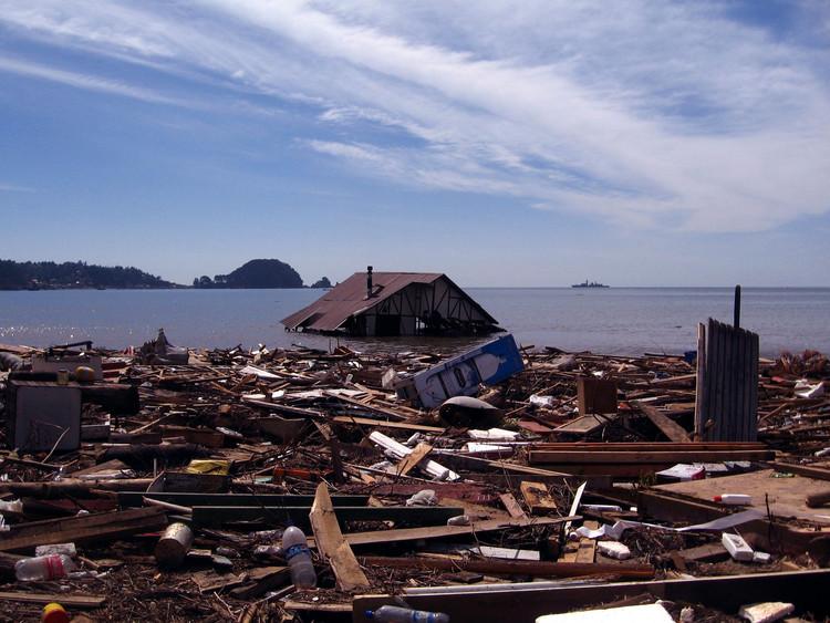 Reconstrução pós-desastre: como integrar memória e identidade em um território reconstruído por completo , Casa submersa em Dichato, Chile, após o terremoto seguido de tsunami em 2010. Foto de El Increíble Dr. Peligro, via Visualhunt