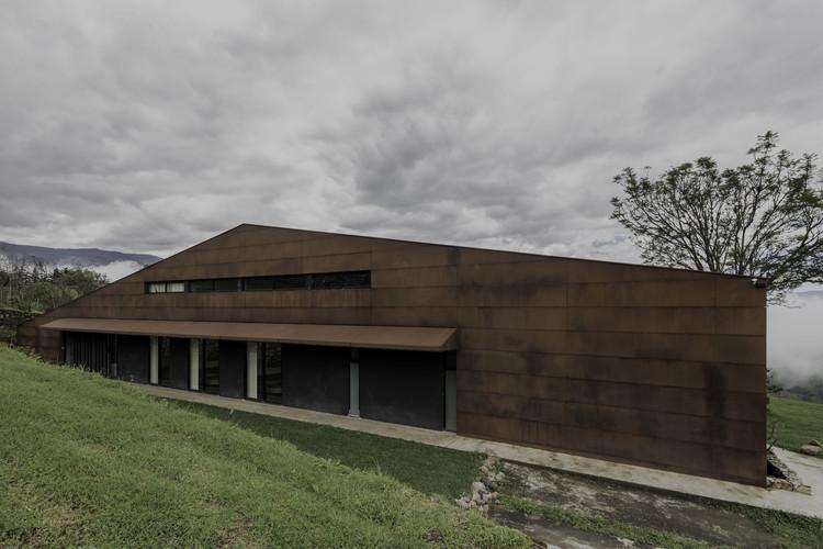 Warehouse House / Sebastián Mora Arquitecto