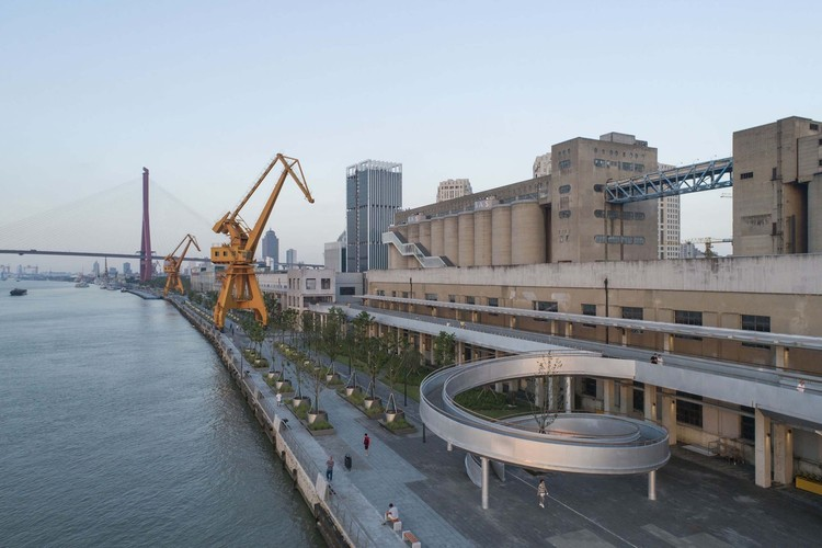 Shanghai Binjiang Avenue: Revitalizing the Historic Riverfront with a Human Centered Design Approach , Shanghai Minsheng Wharf Waterfront Landscape and Reconnection / Atelier Liu Yuyang Architects . Image © FangFang Tian