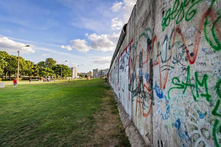 Muros, grades e a necessidade de romper barreiras urbanas e sociais, Foto de Luis Diego Hernández, via Unsplash