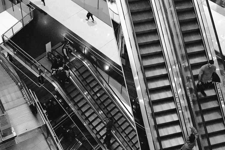 Instruções para subir uma escada rolante: fotografia como elemento de análise da apropriação do corpo e suas relações históricas, Escadas rolantes do centro expandido. Image © Marina Schiesari