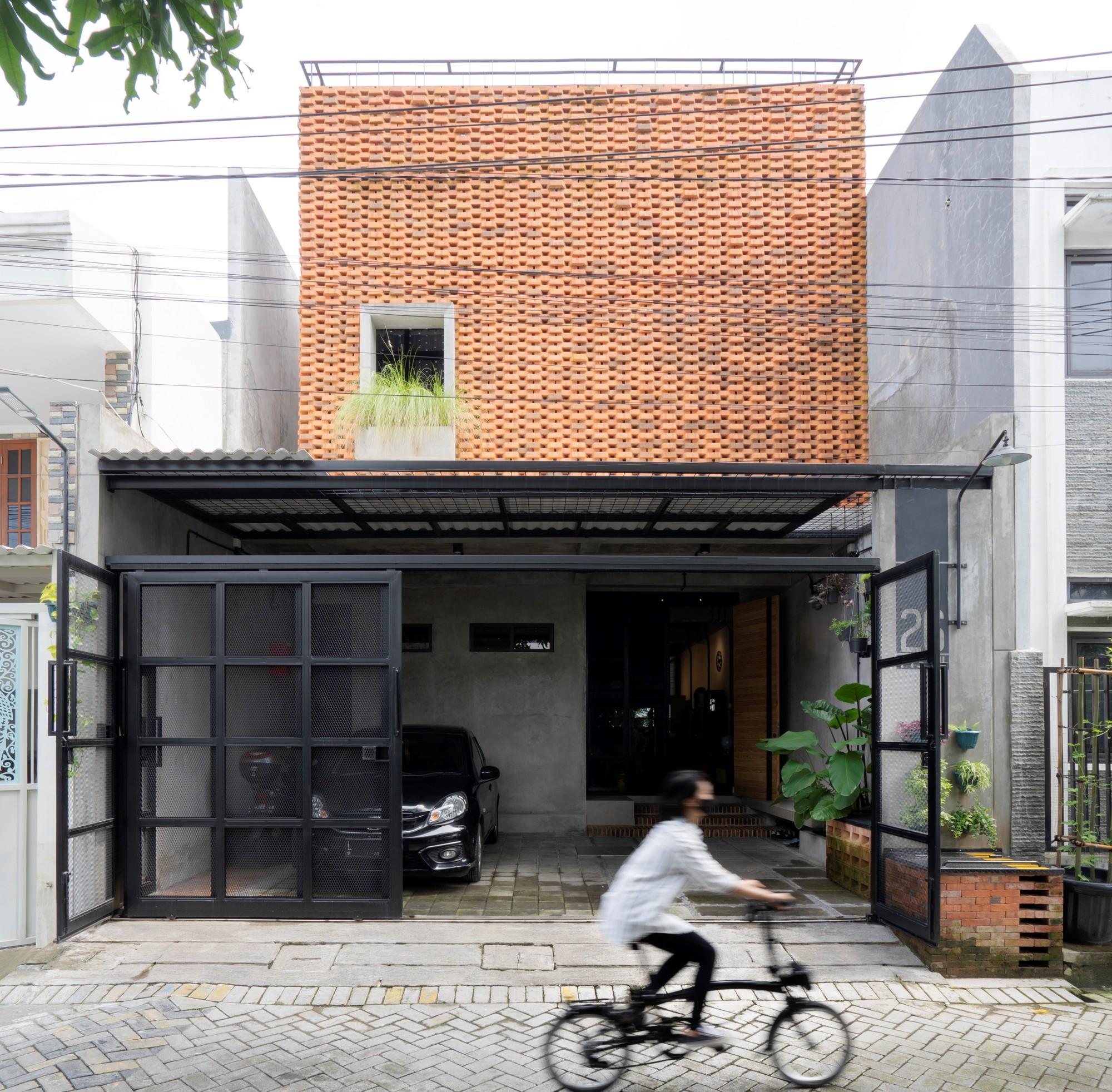 Trapezioma House / Andyrahman Architect