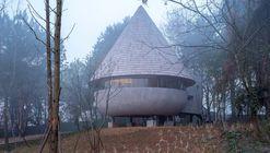 Residencia Hongo, una casa de madera en el bosque / ZJJZ