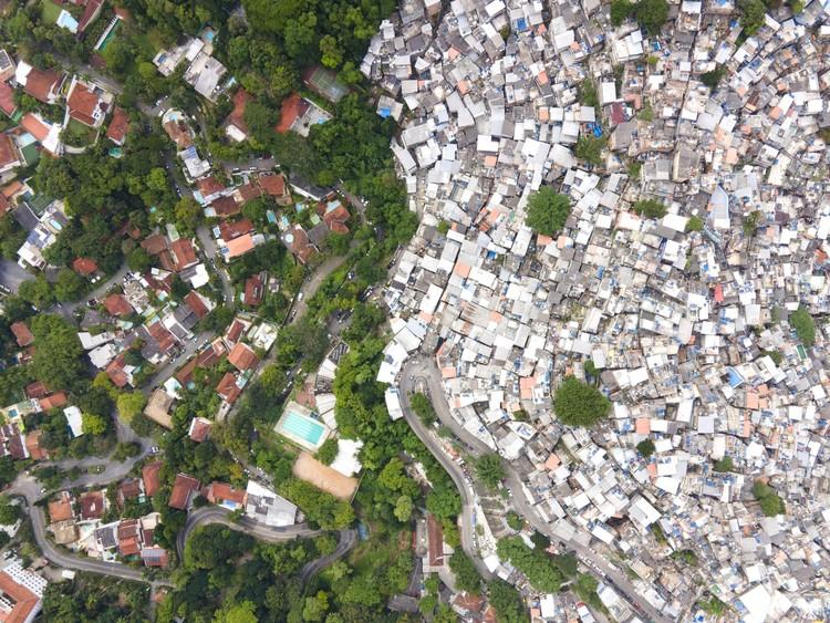 UIA2021RIO inaugura programação virtual com debates sobre arquitetura, periferia e inclusão social, Rocinha, Rio de Janeiro. Image © Johnny Miller / Unequal Scenes
