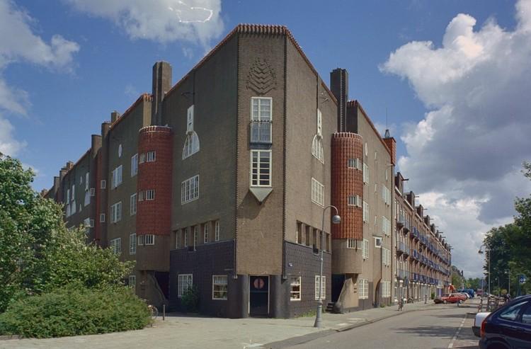 Eigen Haard. Spaarndammerplantsoen, Amsterdam 2002 under license CC BY-SA 4.0. Image via Wikimedia