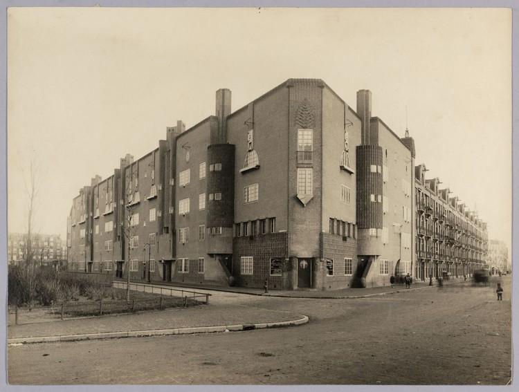 Eigen Haard. Spaarndammerplantsoen, Amsterdam Original state, 1916. Image via Wikimedia