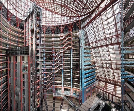 The interior full height atrium of the Thompson Center designed by Helmut Jahn in 1985 in Chicago. Image © Rainer Viertlböck
