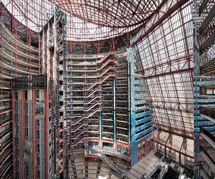 Potential Demise of Chicago's Thompson Center Inches Closer With Proposed Zoning Change, The interior full height atrium of the Thompson Center designed by Helmut Jahn in 1985 in Chicago. Image © Rainer Viertlböck
